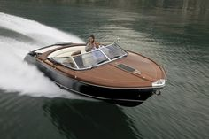 When it comes to classic speed boats, the Riva Aquariva 33 occupies a well deserved place at the top of the pile. The deck of the Aquariva is famously...