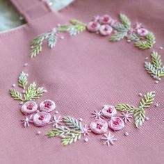 Have Fun with Silk-Ribbon Embroidery - Embroidery Patterns Hand Embroidery Videos, Hand Embroidery Flowers, Embroidery Works, Embroidery Bags, Hand Embroidery Stitches, Silk Ribbon Embroidery, Embroidery Hoop Art, Hand Embroidery Designs, Embroidery Techniques