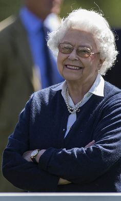 Queen Elizabeth dresses down, drives herself to annual Windsor horse show - HELLO! US
