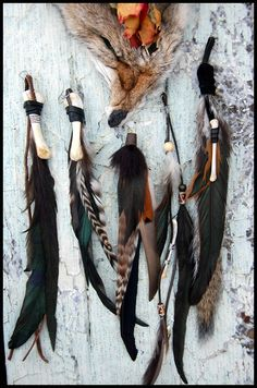 The feather/bone combination very shaman-like. Bone Jewelry, Feather Jewelry, Larp, Mallorca Party, Crow Feather, Voodoo Priestess, Dystopia Rising, Gn, Witch Doctor