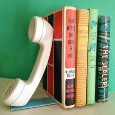 DIY Bookends (via A Beautiful Mess). Will probably do this with something other than an old phone. Vintage Phones, Vintage Telephone, Diy Recycling, Bookshelf Design, Bookshelf Ideas, Creative Bookshelves, Bookcase, Old Phone, Beautiful Mess