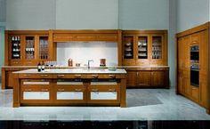 Das edle Erscheinungsbild dieser individuellen Küche aus Kirschbaumfurnier wird durch die Kombination mit echtem Marmor verstärkt. Geschickt werden hier Stilelemente der Renaissance mit Eigenheiten der Landhausküche kombiniert. Küchenhersteller: zeyko