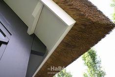 Moderne rietgedekte villa met zwembad - detail overstek