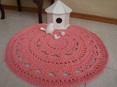 Lindo tapete confecionado em fio de malha Malhafio, na cor goiaba, lindo desing…