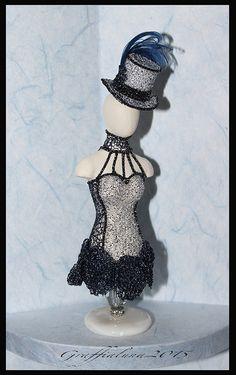 1:12 Costume Burlesque in tessuto argentato e pizzo blu con dettagli metallici, cappello a cilindro con piume e cristalli