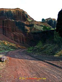 Hai la Bord! - Blogul celor mai frumoase povesti despre Romania: Vulcanul de la Racos: frumusete exploziva Basalt Columns, Visit Romania, Carpathian Mountains, Central Europe, Volcano, Trekking, Places To See, The Good Place, Skiing