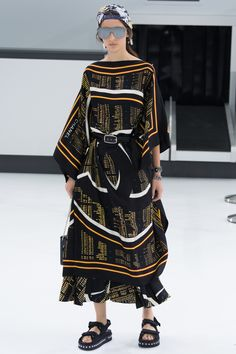 See the complete Chanel Spring 2016 Ready-to-Wear collection.