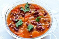 BARBUN FASÜLYE, czyli czerwona fasola poturecku Thai Red Curry, Chili, Recipies, Vegan, Ethnic Recipes, Food, Recipes, Chile, Chilis
