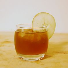 5 Thanksgiving Punch Recipes to Spike up Your Holiday - Wide Open Country Holiday Drinks, Party Drinks, Cocktail Drinks, Holiday Recipes, Ginger Apple, Ginger Beer, Refreshing Drinks, Yummy Drinks, Bourbon Apple Cider