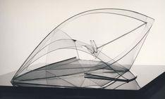 Dit is ook een kunstwerk van Naum Gabo. Hij noemt dit kunstwerk Spiral Theme. Dit kunstwerk is gemaakt met mooie vormen, maar de inhoud is een vraag die je zelf kan beantwoorden. Hij maakt niet gebruik van licht en donker of van kleur, maar laat de vormen spreken wat heel erg inspirerend is.