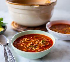 Busenkel köttfärssoppa gjord med få ingredienser. Självklart kan du tillsätta mer grönsaker och variera den efter smak med kryddor. Morot, champinjoner, majs, ärtor och andra goda grönsaker passar perfekt att ha i. 4 portioner400 g köttfärs1 gul lök1 grön paprika4-5 msk tomatpuré2 tsk paprikapulver1 grönsaksbuljong eller 1 msk grönsaksfond3 dl vermcielli (kan ersättas med spaghetti eller makaroner)Liten knippe finhackad persiljaOlja till stekningCa 1,2 liter vattenSalt & ... Zeina, 20 Min, Crockpot, Chili, Spaghetti, Curry, Healthy Eating, Pasta, Recipes