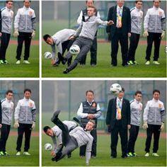 El futbolista inglés David Beckham fue protagonista de un resbalón durante su viaje promocional en la ciudad de China, en la provincia de Hubei.