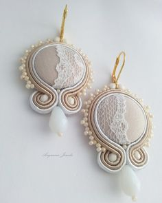 soutache earring entirely handmade, with handmade fabric buttons. Macrame Earrings Tutorial, Soutache Tutorial, Earring Tutorial, Crochet Earrings, Shibori, Soutache Pendant, Soutache Jewelry, Jewelry Design Earrings, I Love Jewelry