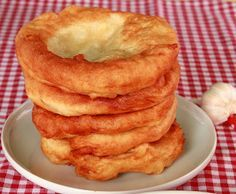 Krumplis lángos Hungarian Desserts, Hungarian Cuisine, Hungarian Recipes, Hungarian Food, Slovakian Food, Austrian Recipes, Good Food, Yummy Food, Delicious Recipes