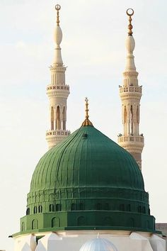 Green dome of the Prophet Muhammad (saw) Masjid with two minarets. Islamic Images, Islamic Pictures, Islamic Art, Islamic Quotes, Sufi Quotes, Islamic Messages, Quran Quotes, Al Masjid An Nabawi, Masjid Al Haram