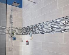 Une douche au carrelage gris et frise en mosaïque
