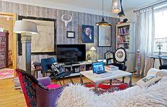 Kresby v obývacím pokoji Pavla vydražila v internetové aukci. Jde o staré, ručně kreslené návrhy nábytku. Pro větší z nich použila designérka místo klasického rámu prkna připevněná na zeď. Jedno prkno však chybělo – nahradila ho tedy kuchyňským prkénkem na maso