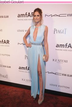Izabel Goulart de longo decotado Versace e joias Carla Amorim - amfAR #Brazilian