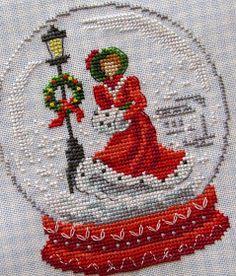 Готов самый любимый шар . Потрясающая, загадочная девушка спешит по заснеженной улице домой. Волшебное сочетание красных и серых оттенко...