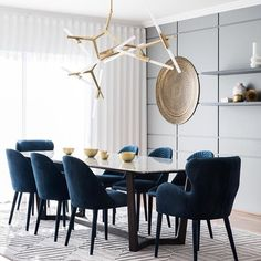 Get inspired by these dining room decor ideas! From dining room furniture ideas, dining room lighting inspirations and the best dining room decor inspirations, you'll find everything here! Luxury Dining Tables, Luxury Dining Room, Dining Table Design, Modern Dining Rooms, Navy Dining Chairs, Modern Room, Dining Table Lighting, Dining Decor, Accent Chairs