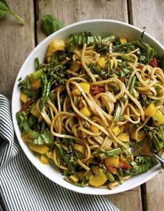 Pour ceux qui préfèrent se régaler d'un plat chaud, on aime l'idée de faire revenir des pâtes avec des feuilles d'épinards ou des blettes, quelques ...