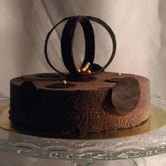 На фото шоколадный #торт - #шоколадный #бисквит, шоколадный #мусс, #велюр и шоколадный #декор.  Автор instagram.com/Dyanchenko87