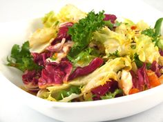 Salata de salate Delicious Desserts, Dessert Recipes, Food Plating, Cabbage, Vegetables, Salads, Cabbages, Vegetable Recipes, Desert Recipes