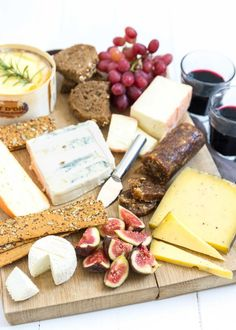 No idea what to serve with drinks tomorrow? This cheese plate with nut bread is always a good idea. It's tasty, easy and you don't [. Cheese Tasting, Cheese Lover, Fig Bread, Truffle Cheese, Date Nut Bread, Brunch, Feel Good Food, Best Cheese, Cheese Platters