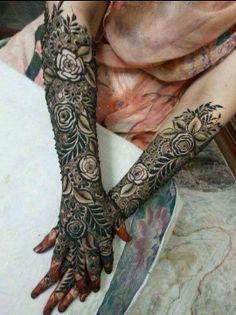 "mehndi, Arabic, full, lush, and ornate.believe that's black ""henna"" (not true henna and dangerous) unfortunately.breathtaking design though Khafif Mehndi Design, Floral Henna Designs, Arabic Henna Designs, Modern Mehndi Designs, Dulhan Mehndi Designs, Wedding Mehndi Designs, Mehndi Design Pictures, Mehndi Designs 2018, Beautiful Mehndi Design"