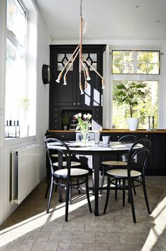 Kvist by Thomas Bohlin Table And Chairs, Dining Table, Dining Rooms, Black Kitchens, Kitchen Black, Eat In Kitchen, Kitchen Ideas, Nordic Style, Traditional House