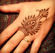These are some of the simple Henna tattoo designs you must try. Before getting anything related to Henna done any where your body make sure you are not Simple Henna Tattoo, Mehndi Simple, Simple Foot Henna, Simple Hand Henna, Small Henna Tattoos, Small Tattoo, Easy Mehendi, Indian Mehendi, Simple Mandala
