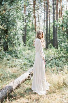 Brautkleid in A-Linie mit Mieder und mehrlagigem Rock aus Seide und Spitze. Findest du auf Etsy.