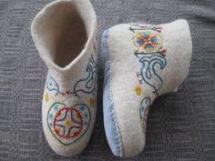 Traditional Estonian embroidery on felt shoes Crewel Embroidery, Embroidery Patterns, Wet Felting, Needle Felting, Woolen Clothes, Felt Boots, Textiles, Felted Slippers, Felt Art