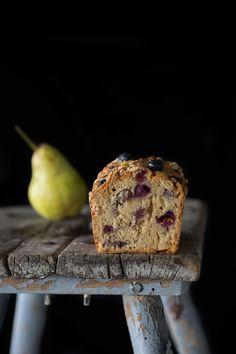 Ich könnte schon wieder zugreifen. Ein Stück noch bitte. Der Kastenkuchen ist prall gefüllt mit fruchtigen Birnenstückchen und süßen Blaubeeren. Das macht ihn besonders saftig.   Birne-…