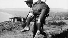 Ein australischer Soldat auf Gallipoli trägt seinen verwundeten Kameraden ins Lazarett.