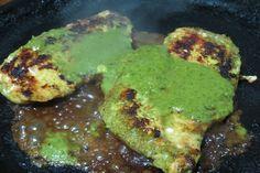 La tradicional pechuga de pollo a plancha con una salsa a base albahaca y ají picante, que simplemente, ¡te encantará! Ingredientes (porción para dos filetes de pechuga) 2 filetes de pechuga de pollo 1 limón (jugo y ralladura) 3 cucharadas de jugo de naranja (preferiblemente natural) 1/2 ají ...