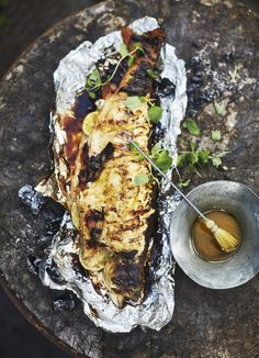 Kun sivelet nieriän pinnalle dijon-sinapista, hunajasta ja limetinmehusta sekoitettua öljykastiketta, kalan liha pysyy mehevänä ja maustuu makean kirpeäksi.