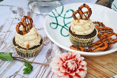 Zünftige Brezelmuffins für den Oktober #gmundner  #keramik #purgeflammt #rezept #rezeptidee #muffins #backen Teller, Desserts, Pure Products, Green, Food, Hand Painted Dishes, October, Food Food, Deco
