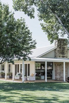 Farmhouse Style Outdoor Wrap Around Porches Trendy Ideas – Farmhouse Casa Pizza, Weatherboard House, Queenslander, Hamptons Style Homes, Hamptons House, Country Style Homes, Facade House, House Facades, House Goals