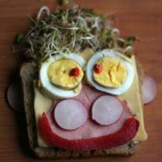 Belegtes Brot mit Gesicht - bei manchen kleinen Essern muss man sich was einfallen lassen und die Kinder können beim belegen helfen.