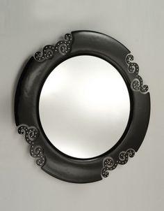 Specchio 4mm filo lucido con cornice in vetro fuso spess. 8mm con 4 intarsi a ricciolo intorno ai quali sono applicati swarovski.    Lavorazione artigianale, creazione e produzione made in Italy.