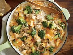 A traditional creamy chicken casserole can have more than 800 calories per serving! Try Mom's Creamy Chicken and Broccoli Casserole—our lightened up Healthy Low Calorie Meals, Low Calorie Dinners, Healthy Eating, Healthy Recipes, Bhg Recipes, Healthy Dinners, Yummy Recipes, Healthy Food, Recipies