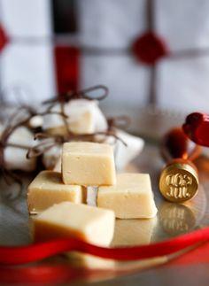 Jag erkänner! Jag är inne i en total ingefäraperiod… Kan bara inte få nog Direkt till fudgen! Ingredienser 125 g marshmallows 1 dl strösocker 1 dl grädde 50 gram smör finrivet skal från 1 citron 1 msk nyriven färsk ingefära 200 g vit choklad Gör så här: 1. Om du har stora mashmallows, klipp dem […]