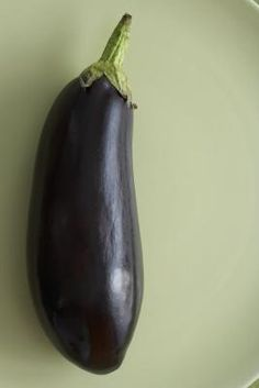 Eggplant, said to have been introduced to North America by Thomas Jefferson, has been a favorite vegetable in Mediterranean and Middle Eastern culinary traditions for centuries. Cooking Eggplant, Baked Eggplant, Eggplant Recipes, Types Of Vegetables, Growing Vegetables, Veggies, How To Prepare Eggplant, Vegetable Pictures
