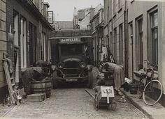 Straatleven in Wijk C, Florastraat (in 1959 vervallen) Links kijken manlief en de poes toe....