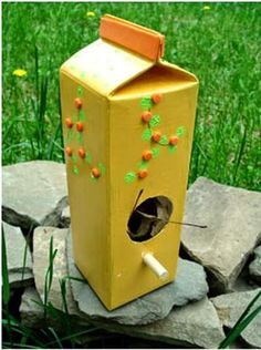 Easy DIY Bird Feeders Projects To Do With Kids with recycled materials.How to make bird feeders at home with tea cup, milk jug,wood, and cans Homemade Bird Houses, Homemade Bird Feeders, Diy Bird Feeder, Fun Projects For Kids, Art For Kids, Activities For Kids, Camping Activities, Sensory Activities, Tetra Pak