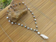 colar envelhecido,feito com sementes de lágrimas de Nossa Senhora e uma concha natural como pingente.
