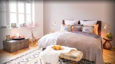 Ethno-Elemente, warmes Kupfer und ein dezenter Farbmix lassen Sie zu Hause von fernen Ländern träumen! Das gemütliche Boxspringbett bildet das Zentrum, während Deko-Elemente (oder echte Souvenirs) wie Kissen mit Navajo-Muster und gehämmerte Beistelltische dem Raum exotisches Flair verleihen. Puristischer Hingucker: die XL-Bodenvase mit frischen Zweigen. Und nun: Schlafen Sie schön!