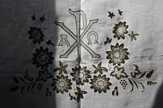 Etsy のTable Runner for The Church Lace Passion Flower Embroidery Hand Work Altar Shrine Antependium Vintage Religious /285(ショップ名:GliciniaANTIQUE)