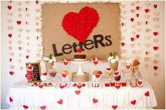 Decoração de parede de festa com cortina de coração